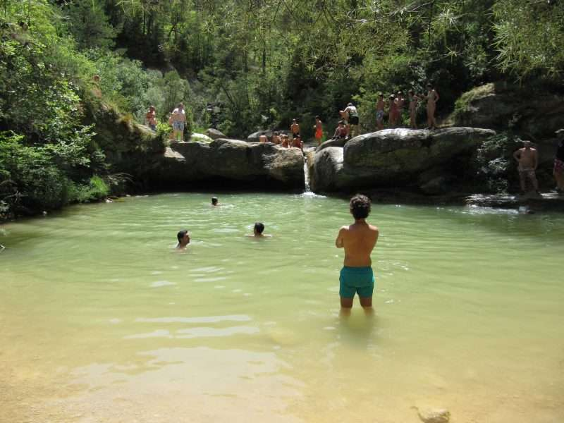 gorg pozas naturales rio gente bañandose